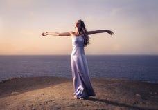 美丽的女孩海边 免版税库存照片