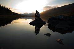 美丽的女孩湖山 免版税图库摄影