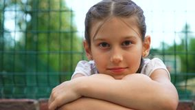美丽的女孩特写镜头画象有微笑的在室外的公园 影视素材