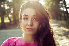 美丽的女孩特写镜头画象与阳光的 免版税图库摄影