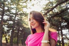 美丽的女孩特写镜头画象与阳光的 库存照片