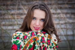 美丽的女孩特写镜头画象有一条传统俄国或乌克兰围巾的在冬天 库存照片