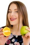 年轻美丽的女孩特写镜头画象用橙色果子、红色唇膏和完善的构成 免版税库存照片