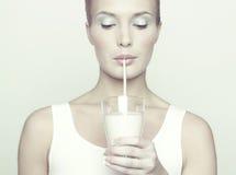 美丽的女孩玻璃牛奶 免版税库存图片