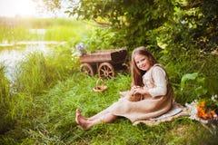 美丽的女孩用一只兔子在森林 免版税库存照片