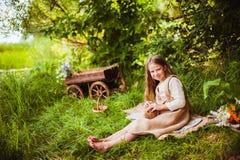美丽的女孩用一只兔子在森林 免版税库存图片