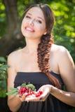 美丽的女孩用樱桃 库存图片