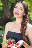 美丽的女孩用樱桃 图库摄影