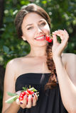 美丽的女孩用樱桃 免版税库存图片