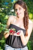 美丽的女孩用樱桃 免版税图库摄影