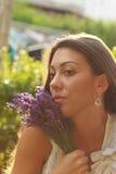 美丽的女孩用淡紫色 免版税库存图片