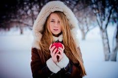 美丽的女孩用苹果 免版税图库摄影