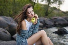美丽的女孩用苹果 库存照片