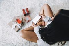 美丽的女孩画象在圣诞节前的 免版税库存图片