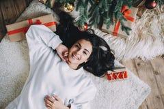 美丽的女孩画象在圣诞节前的 免版税库存照片