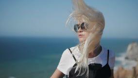 美丽的女孩画象外形特写镜头的在风,在疯狂的强的风暴的时装模特儿,女性  影视素材