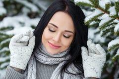 美丽的女孩画象室外在与雪的一个冬天 库存图片