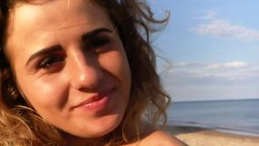 美丽的女孩画象微笑的海太阳 股票录像