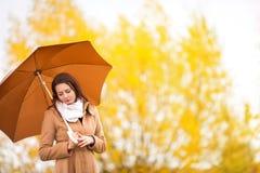 美丽的女孩画象有伞的,秋天天, copyspace 库存图片