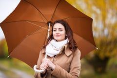 美丽的女孩画象有伞的,秋天天 库存图片