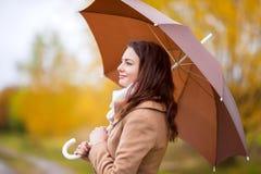 美丽的女孩画象有伞的,秋天天 图库摄影