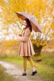 美丽的女孩画象有伞的,秋天天 免版税库存照片