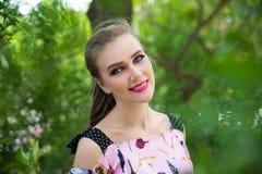 美丽的女孩画象有明亮的组成 免版税库存图片