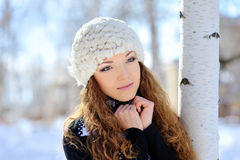 美丽的女孩的画象冬天风景的 免版税库存照片