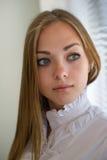 美丽的女孩的画象有一根流动的头发的 免版税库存图片