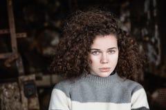 美丽的女孩的画象毛线衣的 库存照片