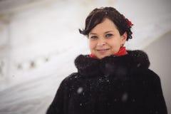 美丽的女孩的画象,新娘在降雪期间的冬天 库存图片