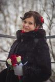 美丽的女孩的画象,新娘在降雪期间的冬天 免版税库存照片