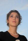 美丽的女孩看起来俄国天空 免版税库存照片