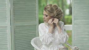 美丽的女孩礼服耳环 股票视频