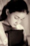 美丽的女孩祈祷的年轻人 库存照片