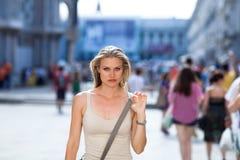 美丽的女孩突出在入口对广场圣Marco ( 免版税库存图片