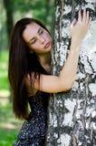 美丽的女孩突出结构树 库存图片