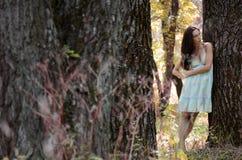 美丽的女孩突出结构树 免版税库存照片