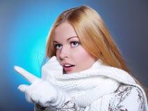 美丽的女孩纵向围巾wearning的白色 库存照片