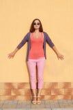 美丽的女孩纵向太阳镜 免版税图库摄影
