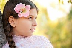 美丽的女孩纵向有长的辫子的 免版税库存照片