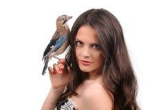 美丽的女孩纵向有鸟的 免版税图库摄影