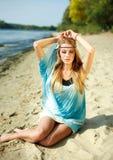 美丽的女孩纵向沙子的 库存照片