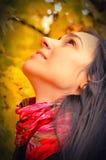 美丽的女孩纵向,秋天背景 库存照片