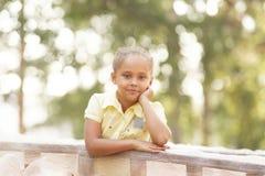 美丽的女孩纵向 微笑孩子 背景自然 晒裂 免版税库存照片
