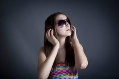 美丽的女孩耳机纵向 免版税库存图片