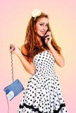 美丽的女孩联系在电话-减速火箭的样式 免版税库存图片