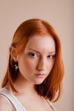 美丽的女孩背心年轻人 免版税库存照片