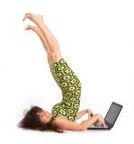 美丽的女孩膝上型计算机 图库摄影