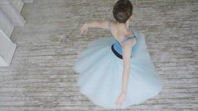 美丽的女孩舞蹈家在顶楼设计执行古典芭蕾的元素 女性跳芭蕾舞者跳舞 关闭 免版税库存图片